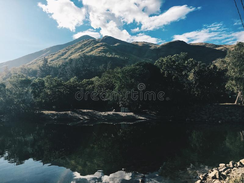 Bevattna och berg arkivbilder