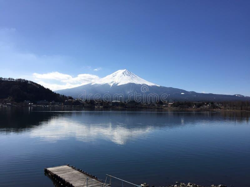 Bevattna reflexionen av Fujisan, det högsta berget i Japan royaltyfri bild