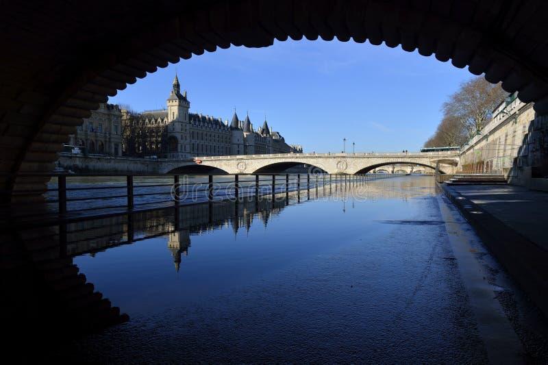 Bevattna reflexionen på floden Seine - Paris royaltyfria foton
