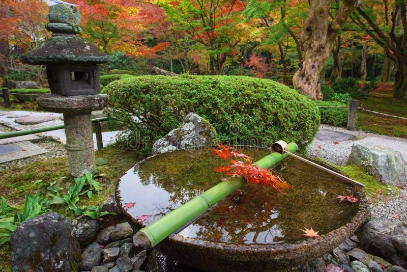 Bevattna skopan på stenhandfatet på den Enkoji templet, Kyoto arkivbild