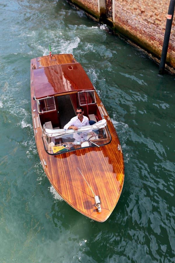 Bevattna taxien på en kanal i Venedig, Italien arkivfoton