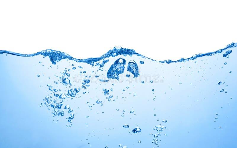 Bevattna yttersida med vågor, färgstänk och luftbubblor royaltyfria foton
