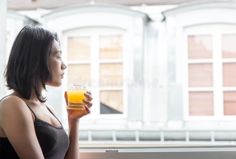 beve la donna dell'arancio della spremuta immagine stock
