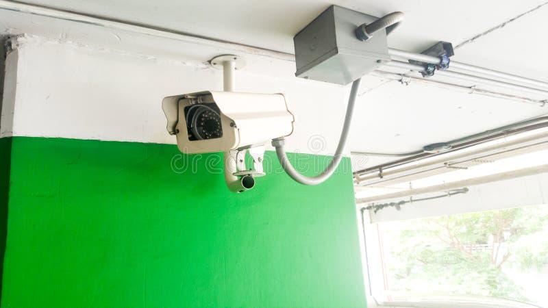 Beveiligingsapparatuurconcept De camera van close-upkabeltelevisie controle in het parkeerterrein Kabeltelevisie-cameratoezicht o royalty-vrije stock foto's