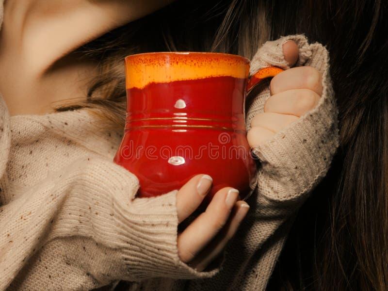 beverly Den röda koppen rånar av varmt drinktekaffe i händer arkivfoton