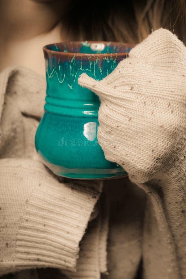 beverly Den röda koppen rånar av varmt drinktekaffe i händer royaltyfri fotografi