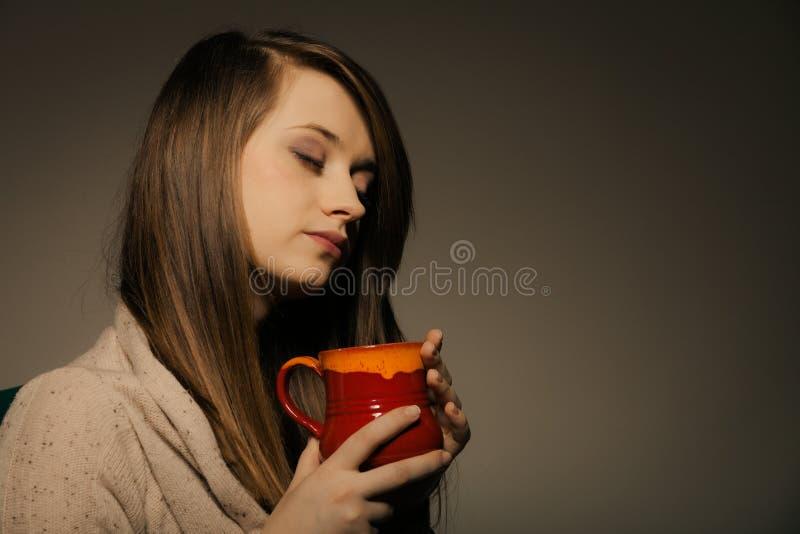 beverly Flickainnehavkoppen rånar av varmt drinkte eller kaffe royaltyfria foton