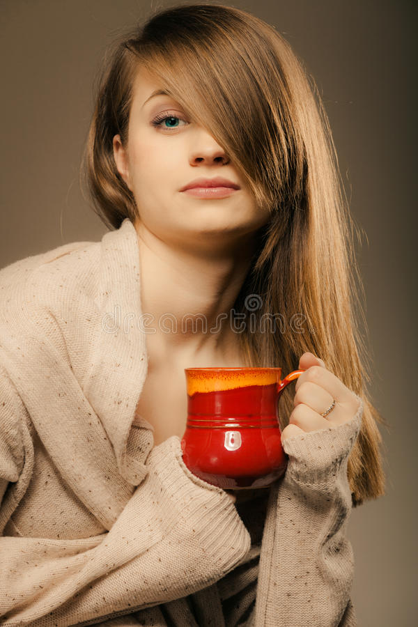 beverly Flickainnehavkoppen rånar av varmt drinkte eller kaffe royaltyfri bild