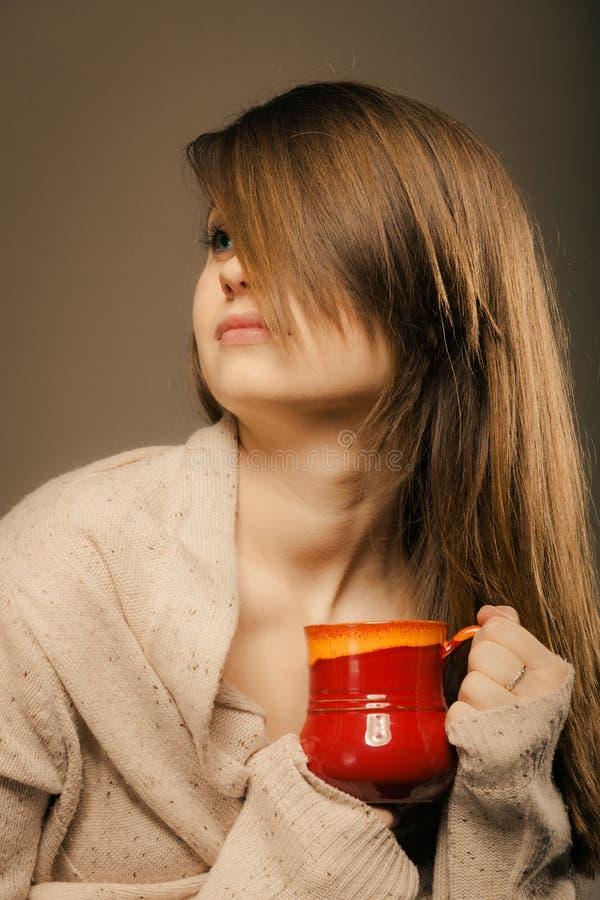 beverly Flickainnehavkoppen rånar av varmt drinkte eller kaffe fotografering för bildbyråer
