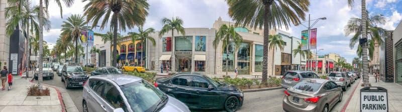 BEVERLY HILLS, CA - 1 DE AGOSTO DE 2017: Turistas en la impulsión del rodeo barra fotos de archivo libres de regalías