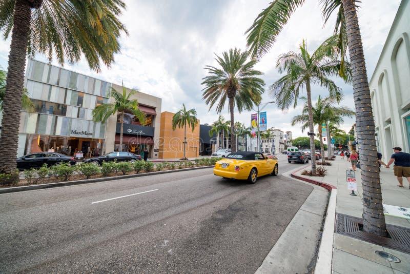 BEVERLY HILLS, CA - movimentação do rodeio com turistas Beverly Hills é imagens de stock