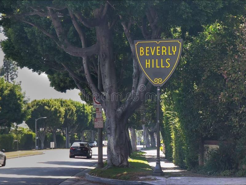 BEVERLY HILLS CA, USA - AUGUSTI 25 2015: Beverly Hills undertecknar in Los Angeles med trafik royaltyfri foto