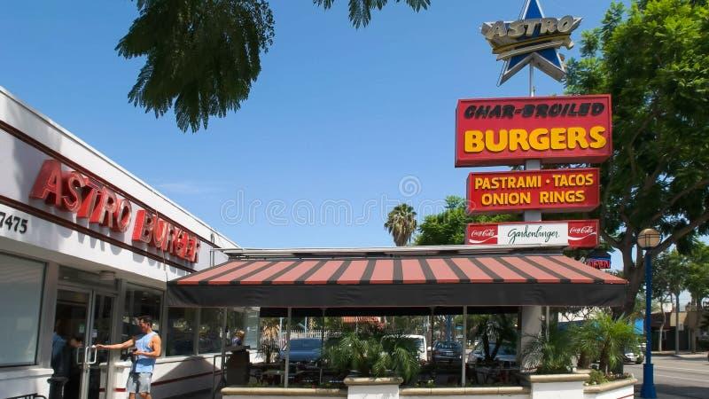 BEVERLY HILLS CA, USA - AUGUSTI 25 2015: yttersidan av astroburgerrestaurangen i Los Angeles royaltyfri fotografi