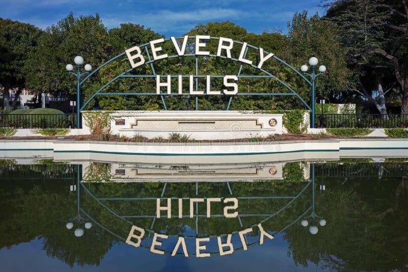 Beverly Hills Garden Park Sign som reflekterar på vatten arkivbilder