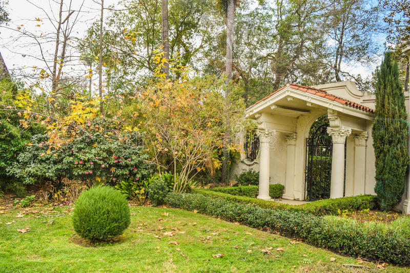 Beverly Hills Gardens Park undertecknar in den Los Angeles sikten och buskar, suddig bakgrundsvattensikt royaltyfri bild