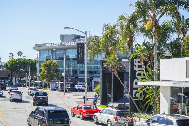 Beverly Hills gatasikt med Beverly Robertson Building - LOS ANGELES - KALIFORNIEN - APRIL 20, 2017 arkivfoto