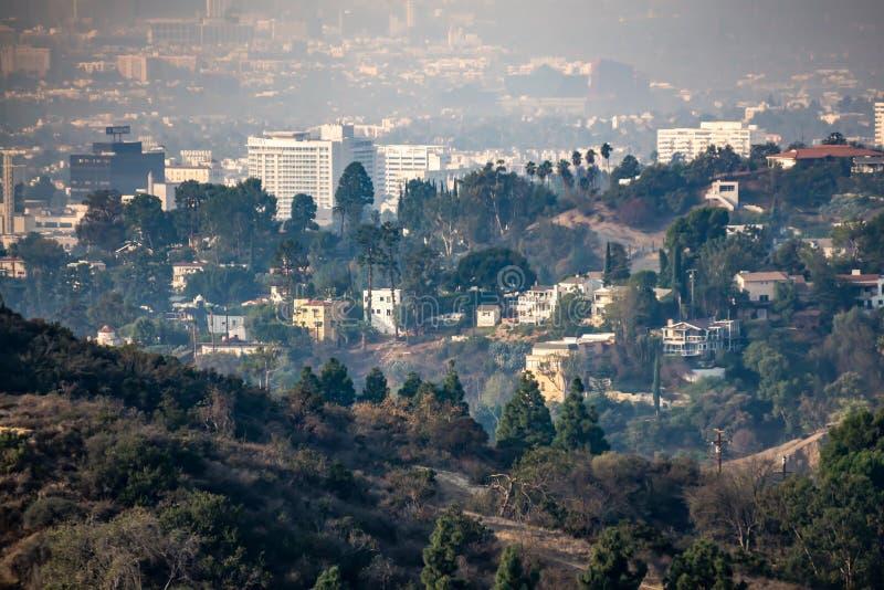 Beverly Hills och Hollywood Hills på solnedgången under woosleybränder royaltyfri fotografi