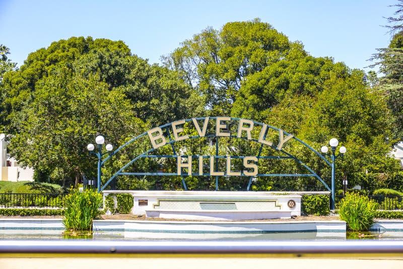 Beverly Hills tecken på Santa Monica Blvd - LOS ANGELES/KALIFORNIEN - APRIL 20, 2017 royaltyfria bilder