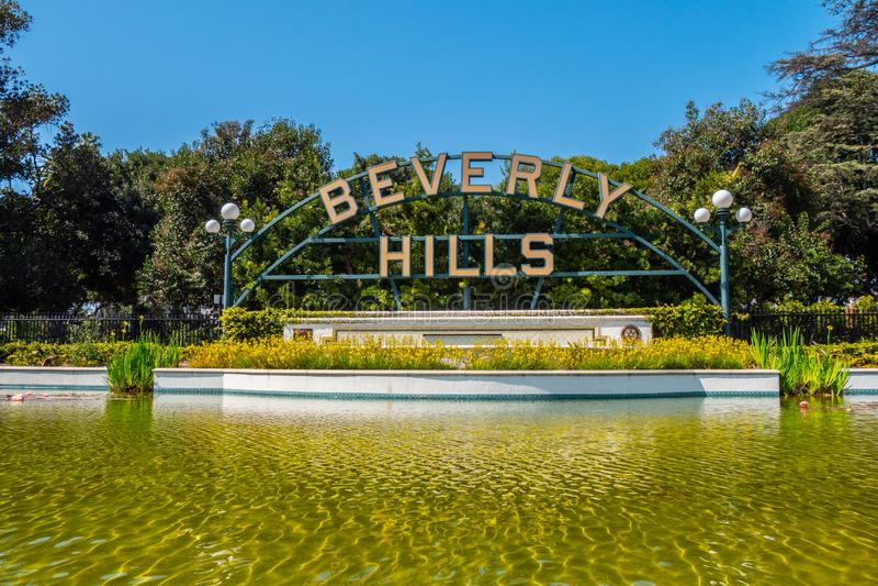 Beverly Hills tecken p? Santa Monica Blvd - KALIFORNIEN, USA - MARS 18, 2019 royaltyfria foton