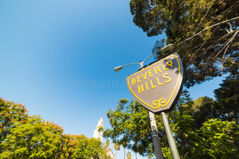 Beverly Hills tecken under en blå himmel arkivfoto