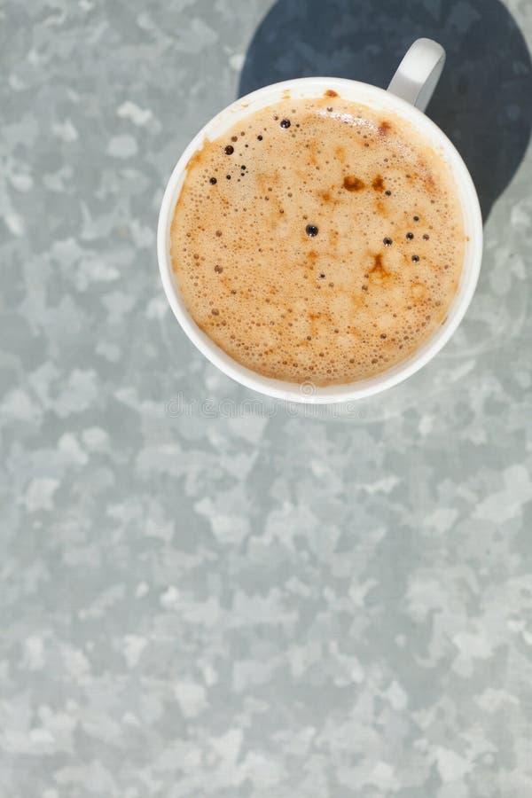 beverly Varm drink för kopp kaffe på grå färger royaltyfri fotografi