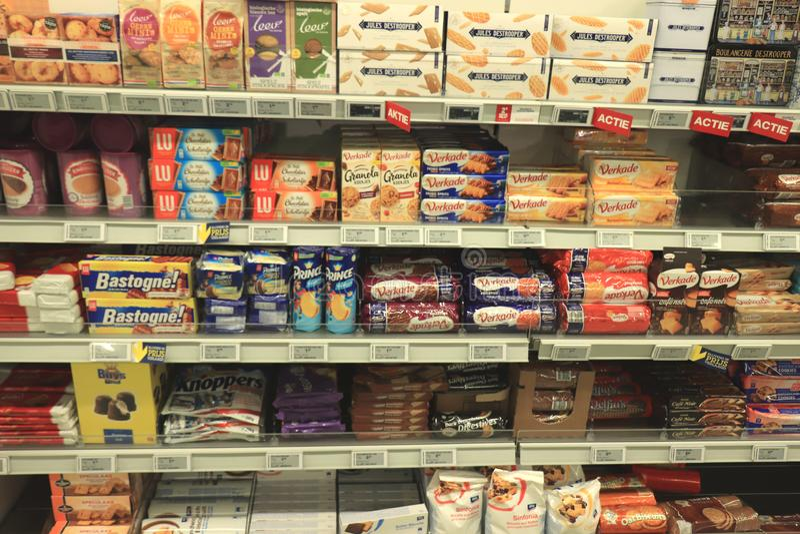 Beverwijk,荷兰,2018年12月15日:巧克力和棒棒糖在商店 库存图片