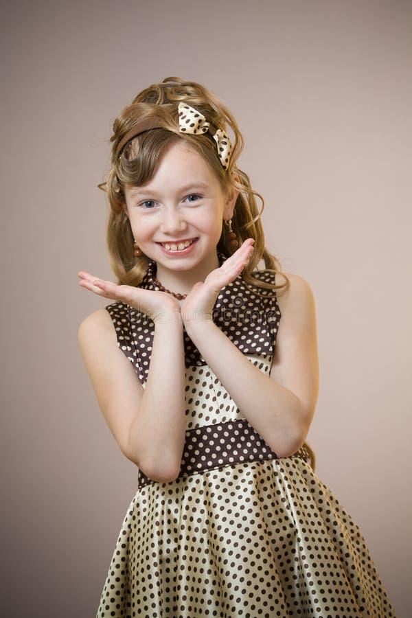 Bevindend elegant ouderwets gekleed meisje royalty-vrije stock afbeelding