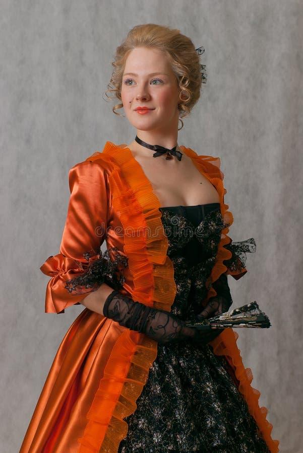 Bevindend meisje in barokke kleding stock foto