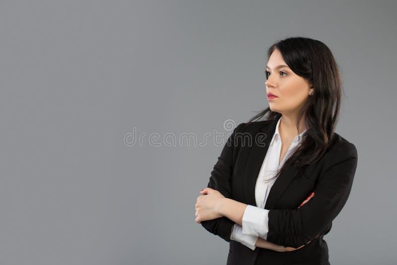 Bevindend onderneemsterportret op grijze achtergrond royalty-vrije stock afbeelding