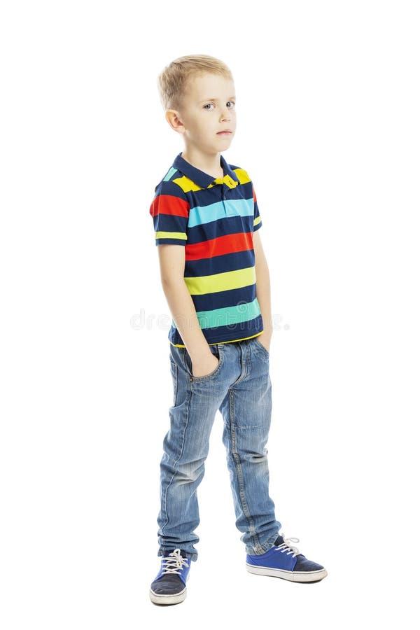 Bevindende jongen in de volledige groei in jeans en een heldere T-shirt verticaal Ge?soleerd op een witte achtergrond stock afbeeldingen
