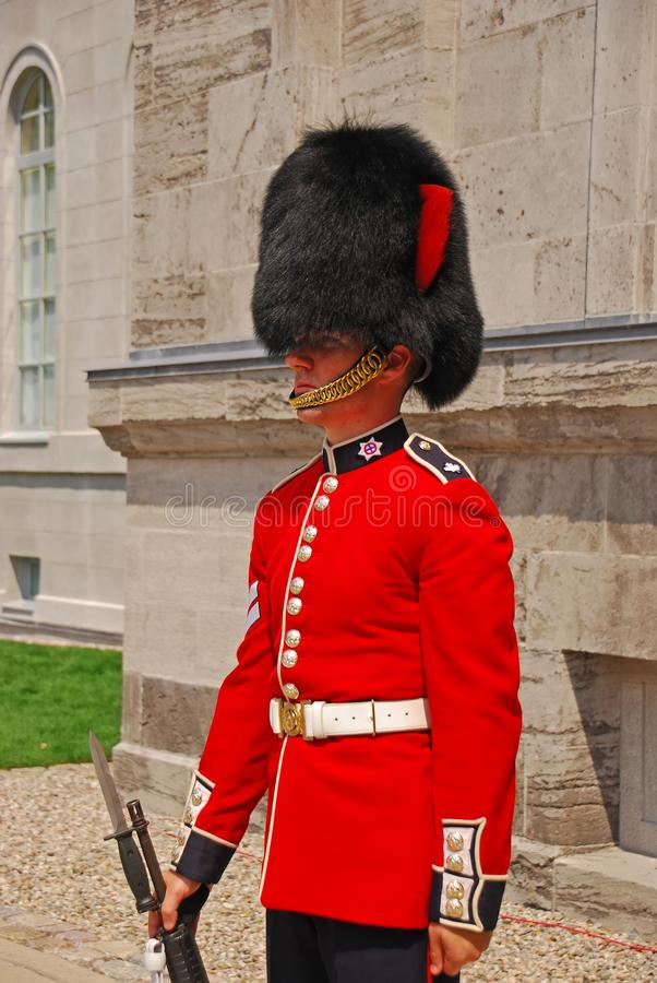 Bevindende wacht in rode eenvormig bij het Parlement Heuvel, Ottawa, Canada stock foto's