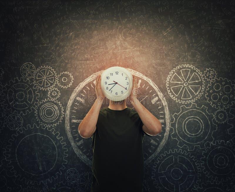 Bevindt het kerel verbergende gezicht zichdie een klok in plaats van hoofd houden over donker bord met getrokken toestellen en ta vector illustratie