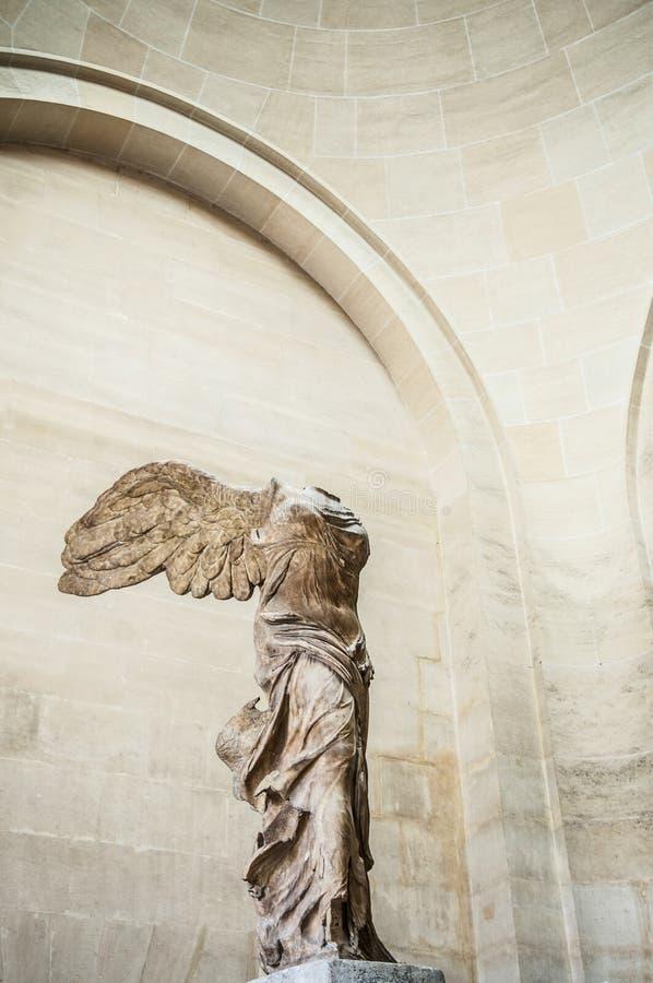Bevingad seger av Samothrace skulptur på Louvre arkivbilder