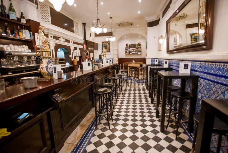 Bevitori aspettanti del contatore di Antivari dentro il ristorante di vecchio stile con le pareti delle mattonelle e la decorazio fotografia stock libera da diritti