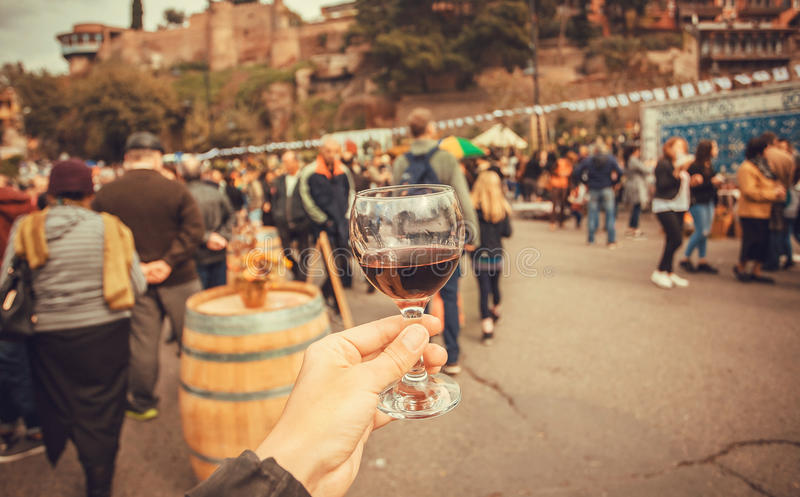 Bevitori del vino sul festival annuale Tbilisoba della città e folla della gente intorno Paese di Georgia fotografia stock libera da diritti