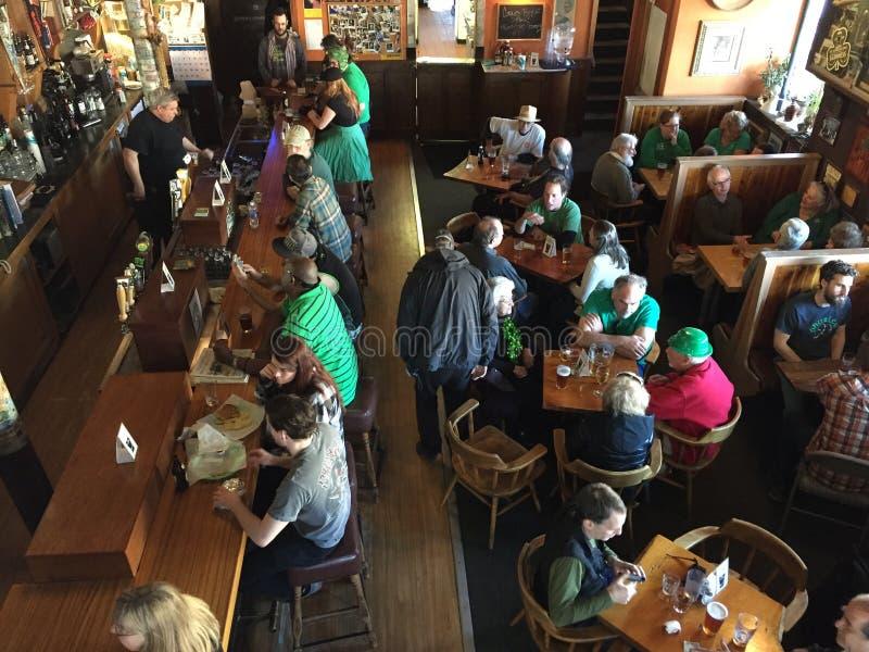 Bevitori e cene ad una barra dell'Oregon il giorno di San Patrizio fotografia stock libera da diritti