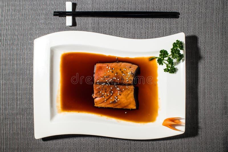 Bevlekte die tonijnfilets in citrusvruchtensaus worden gemarineerd royalty-vrije stock afbeelding