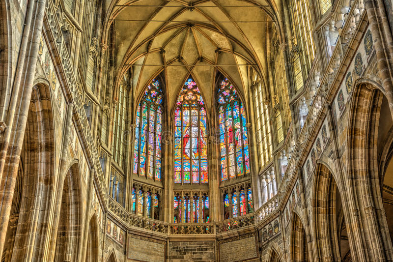 Bevlekte die vensters in St Vitus Cathedral binnen Praag Cas wordt gevestigd stock foto