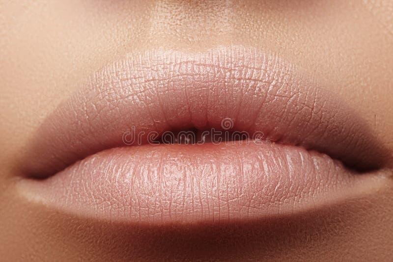 Bevochtigende lippenpommade, lippenstift Close-up van mooie sexy lippen Volledige lippen met natuurlijke lippenmake-up Vullerinje stock foto