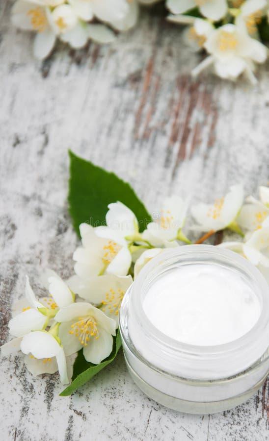 Bevochtigende room met jasmijnbloemen royalty-vrije stock foto's