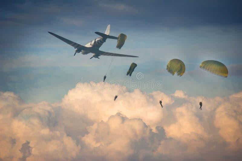 Bevoorrading via parachutage van vier valschermjagers royalty-vrije stock foto's