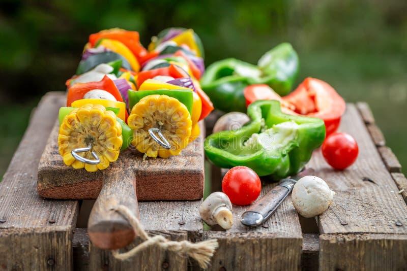 Bevor geschmackvolle Aufsteckspindeln mit Fleisch und Gem?se im Sommer gegrillt werden lizenzfreie stockfotografie