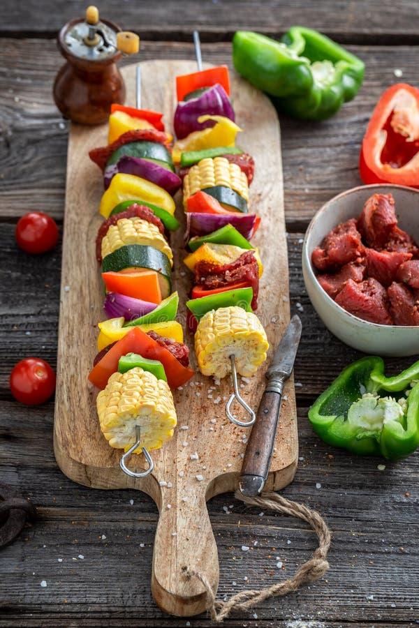 Bevor geschmackvolle Aufsteckspindeln mit Gem?se und Fleisch im Sommer gegrillt werden stockfoto