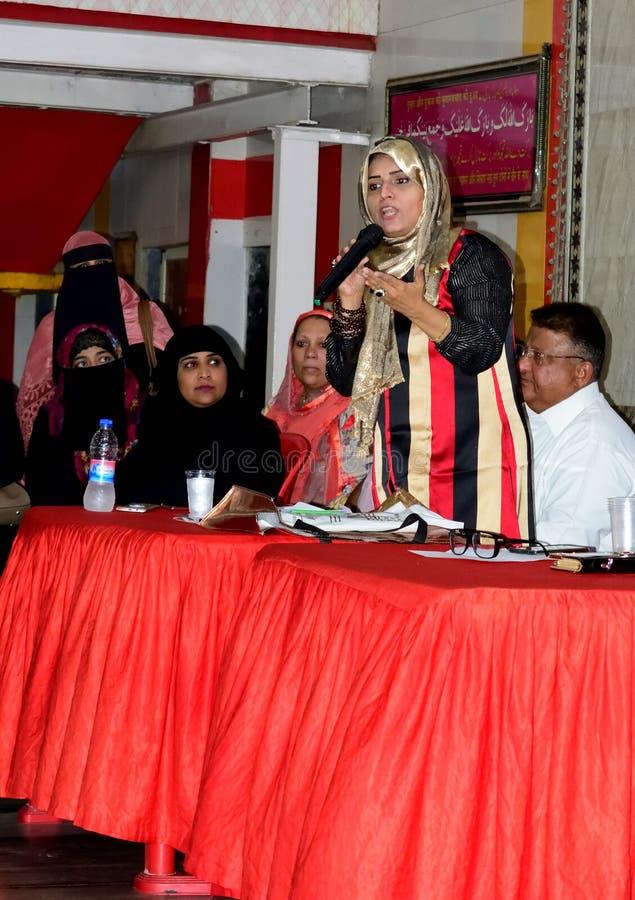 Bevorstehender Politiker Yasmin Arora Munshi der indischen moslemischen Frauensozialaktivisten, die zu Leuten in Mumbra 10/03/201 lizenzfreie stockfotografie