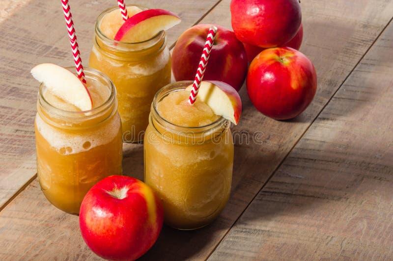 Bevroren appel slushy drank met appel stock foto