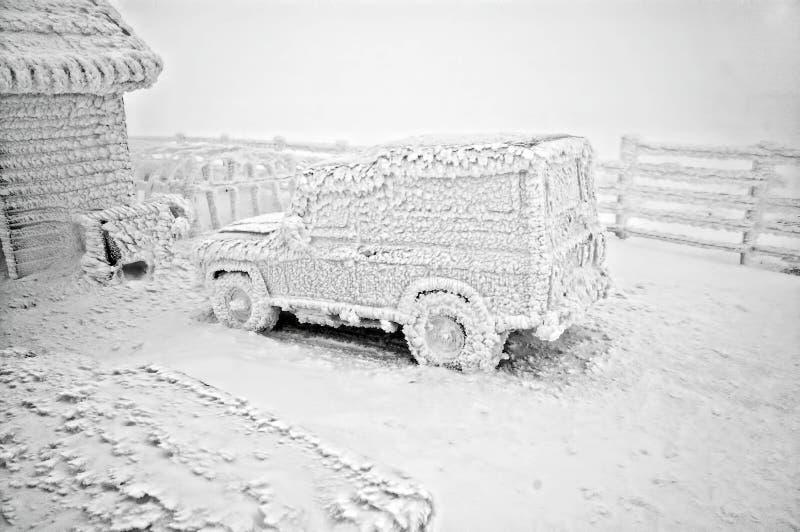 Bevroren auto bij de winter stock foto's