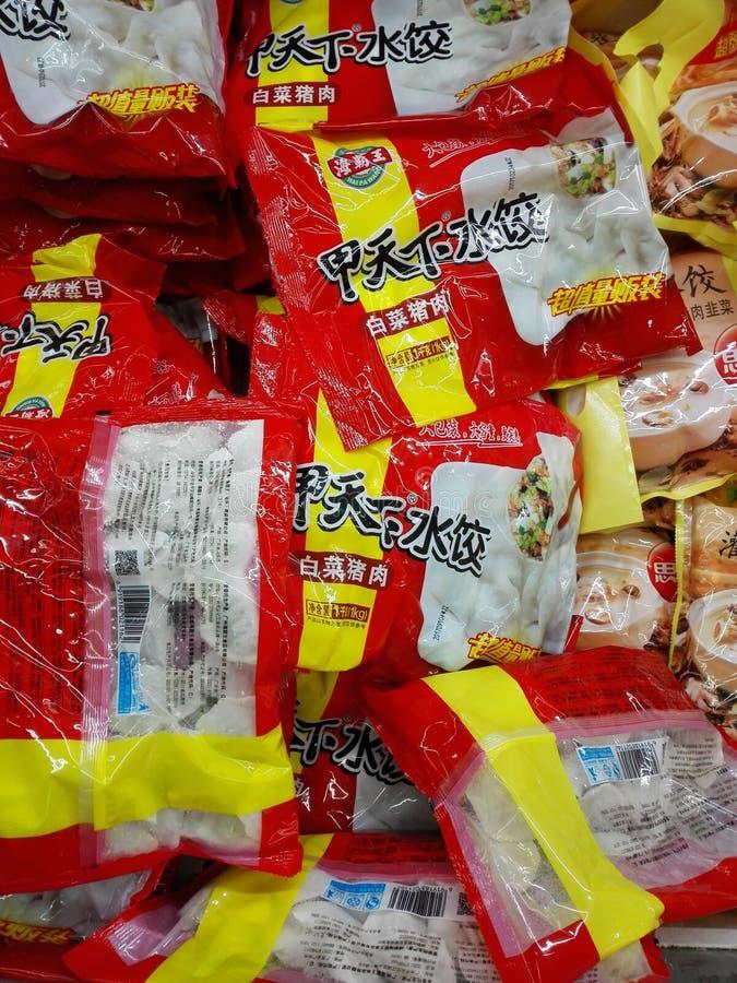 Bevroren bollen in de diepvriezer in de supermarkt stock afbeeldingen