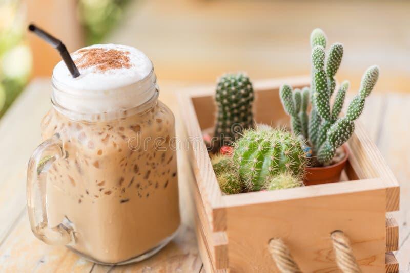 Bevroren cappuccino met cactus in uitstekende de kleurentoon van de koffiewinkel Koffie en hobbyconcept sluit omhooggaande en zac stock foto's
