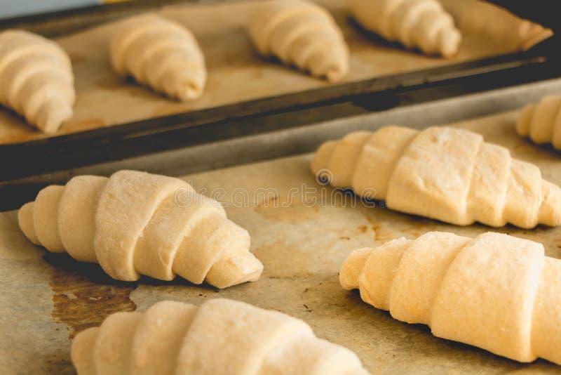 Bevroren croissants bij het koken van document stock fotografie
