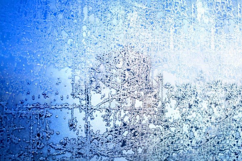 Bevroren de wintervenster, glas met ijzige patronen, rijptextuur, sneeuwvlokken, Nieuwjaar of Kerstmisornament voor banner royalty-vrije stock afbeeldingen